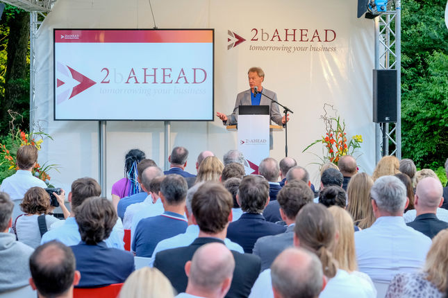 Feierliche Awardvergabe an Bo Ewald, President D-Wave Systems